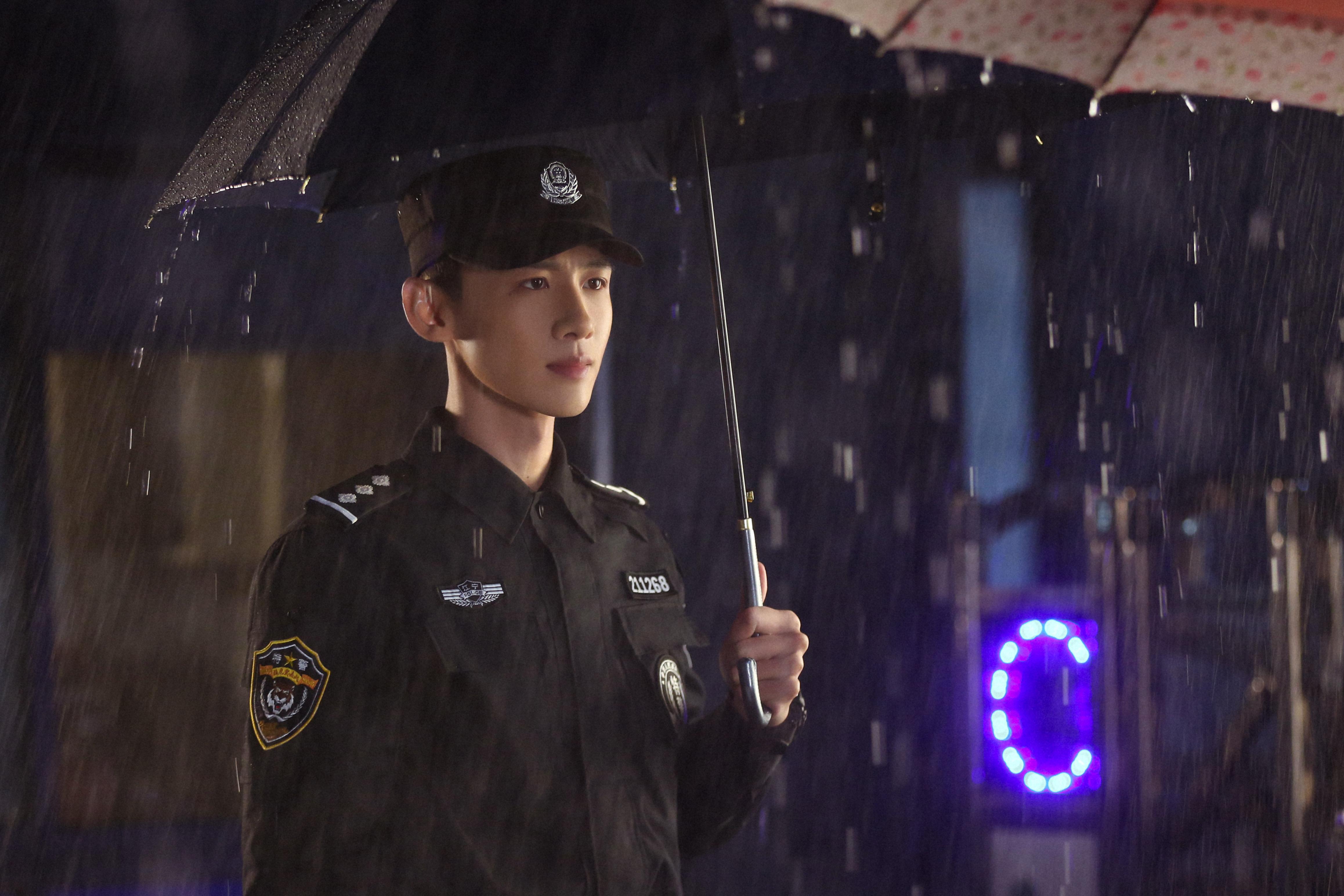 电视剧《你是我的城池营垒》中,白敬亭饰演特警队长邢克垒。