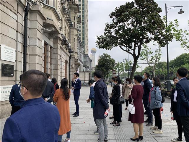 5月1日下午,中青旅湖北公司接待的省外游客团队在汉口新泰大楼旧址参观。