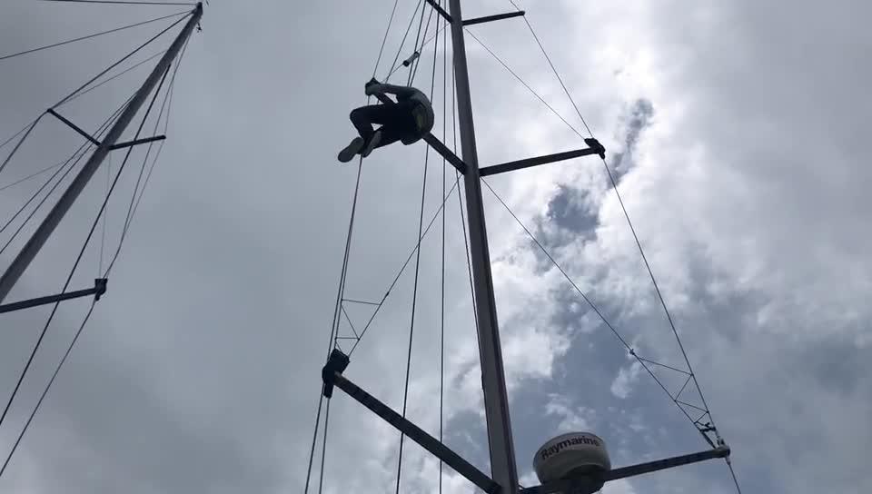 和气人家船员修理帆杆 调整至最佳状态备战第二赛段