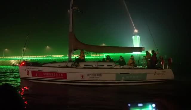 8支船队夜幕中到达宁波 船员们很兴奋呐喊挥手