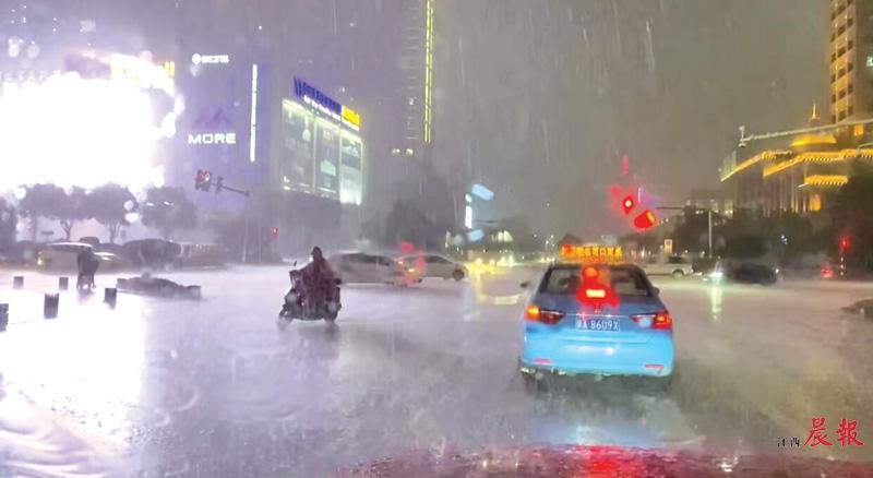 ▲昨日20时,大雨滂沱,图为记者在南昌红谷滩区金融大街附近拍到的街景。