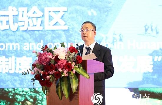 湖南省商务厅副厅长李心球上台致辞