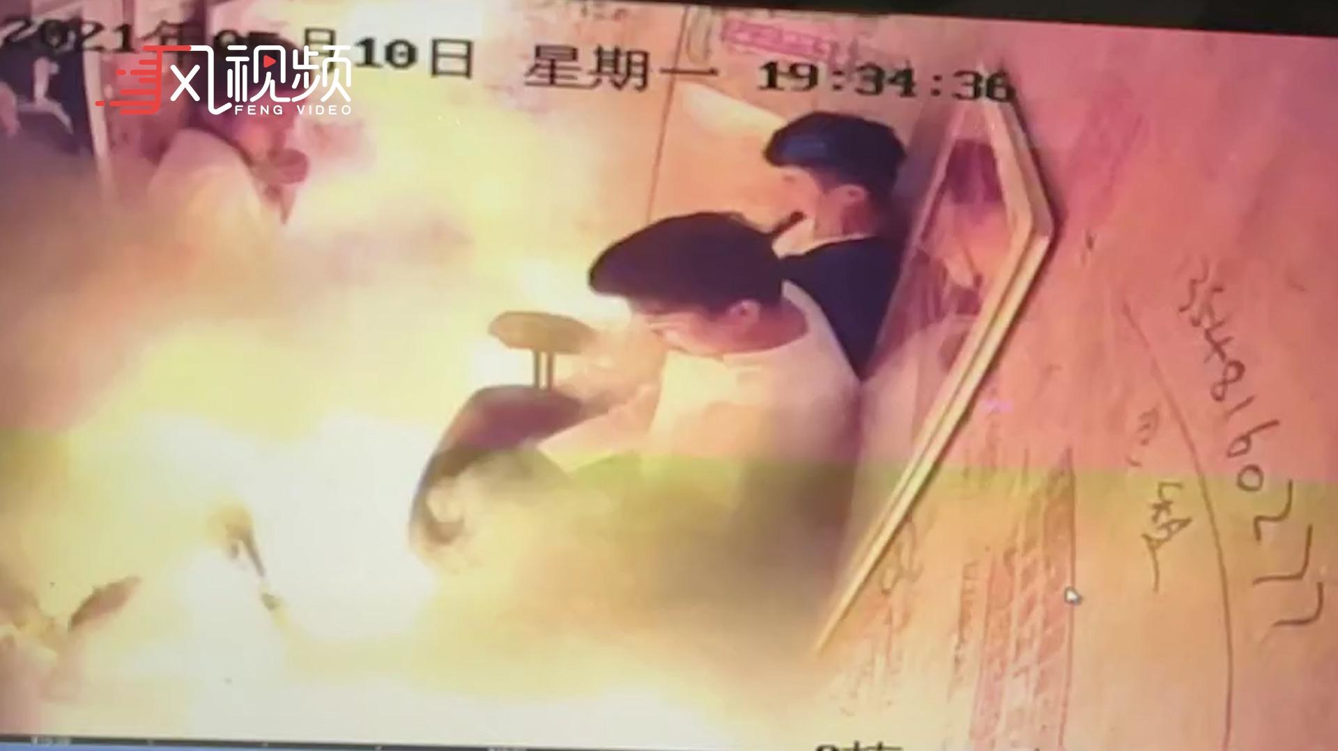 官方通报小区电梯内电瓶车起火:5人受伤 初步认定电瓶车着火引发