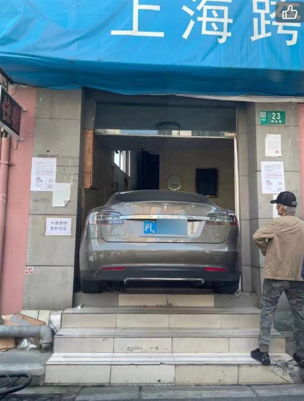"""上海一蓝牌特斯拉冲进宾馆大门!网友:""""刀法太精准"""""""