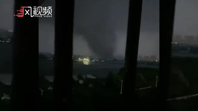 江苏、湖北多地遭受龙卷风袭击:树叶漫天飞舞 多处房屋受损