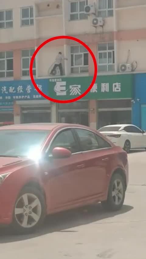 江苏教师违规补课被查爬窗逃跑 教育局:无法确认身份 证据不足