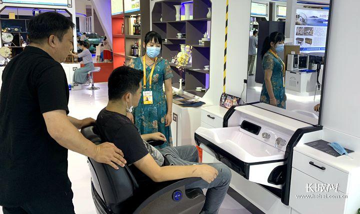 采购商在体验智能AI美发镜台。长城网记者 李丽钧 摄