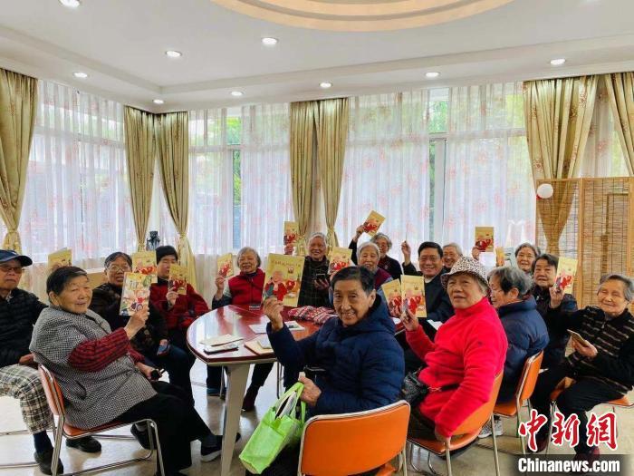 老年人学习智能手机使用 杨浦区社会福利院 供图