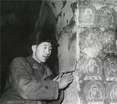 李复在揭取第1窟中心柱上的明代纸印千佛,图片来自敦煌研究院、甘肃省博物馆编《武威天梯山石窟》