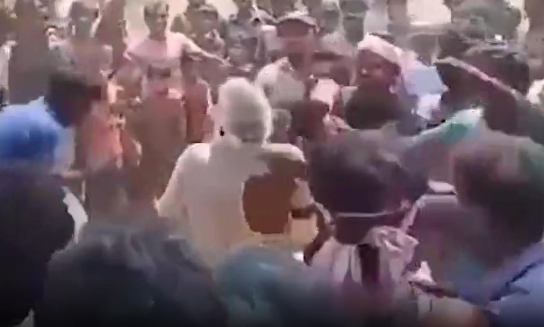 """印度村选 """"败选者""""遭鞭笞羞辱 村民人挤人围观欢呼"""
