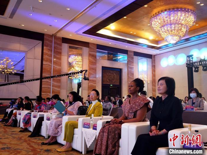 """""""指尖上的丝绸之路""""——丝路妇女论坛在西安举行"""