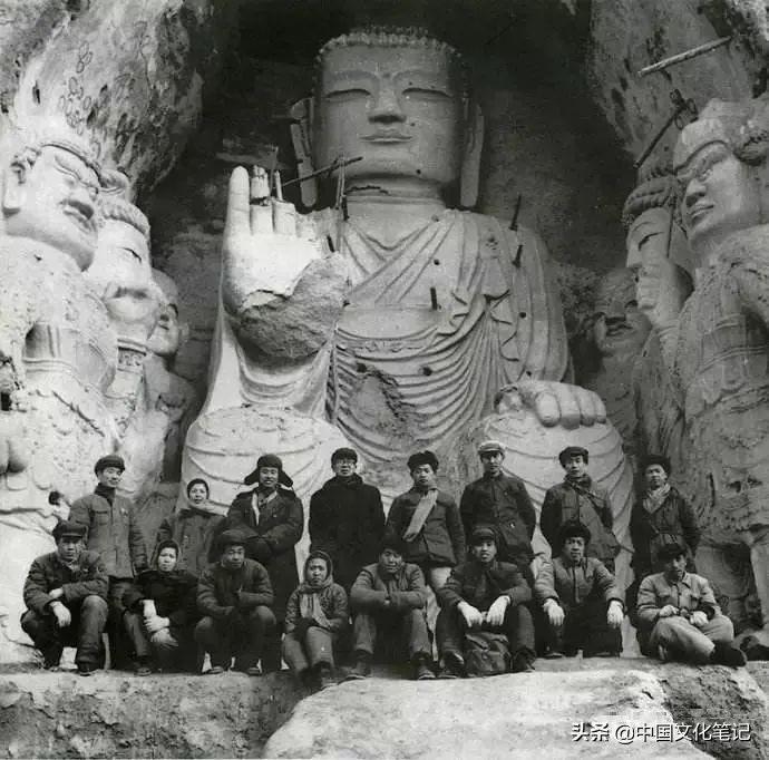 天梯山石窟勘察搬迁工作队部分队员和常书鸿队长在第13窟大佛前合影