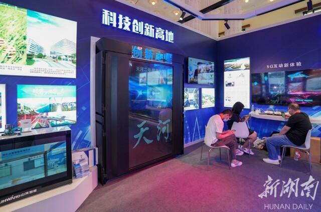 """(湖南馆的""""创新之星""""是由国防科大团队研制的连续3年6次荣膺全球最快超级计算机的""""天河二号""""超级计算机模型。湖南日报·新湖南客户端记者 辜鹏博 摄)"""