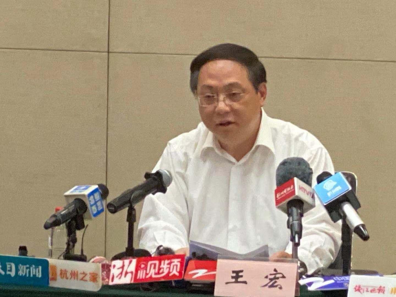 杭州市副市长王宏在新闻发布会上介绍相关情况。  澎湃新闻记者 葛熔金 图