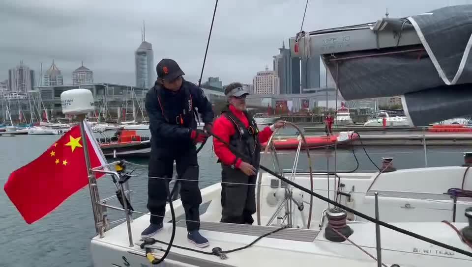 队员整理帆船装备准备启航 开启1200海里海上之旅