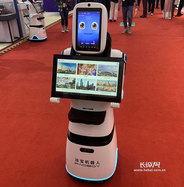 展馆里的派宝机器人。长城网记者 李丽钧 摄