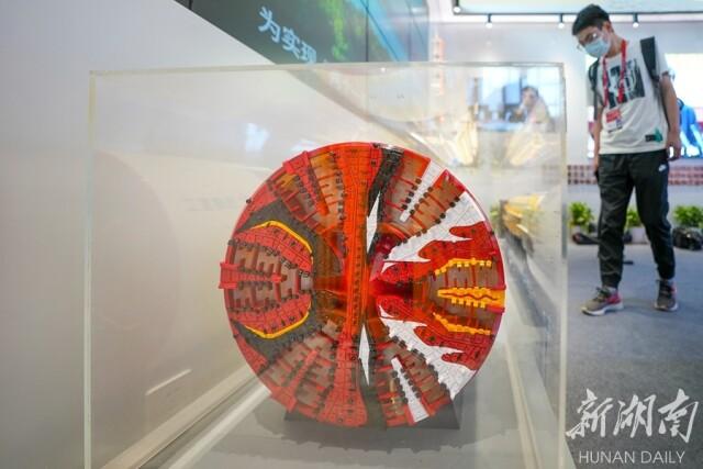 """(湖南馆的""""镇馆之宝""""是2020年9月在中国铁建重工集团长沙第一产业园下线的国产最大直径盾构机""""京华号""""的模型展品。湖南日报·新湖南客户端记者 辜鹏博 摄)"""