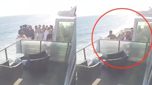 美国一群男女海滨聚会 阳台突然坍塌集体尖叫坠入海中