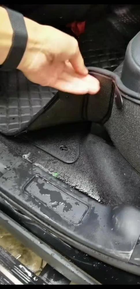 座舱里出现渗水情况。