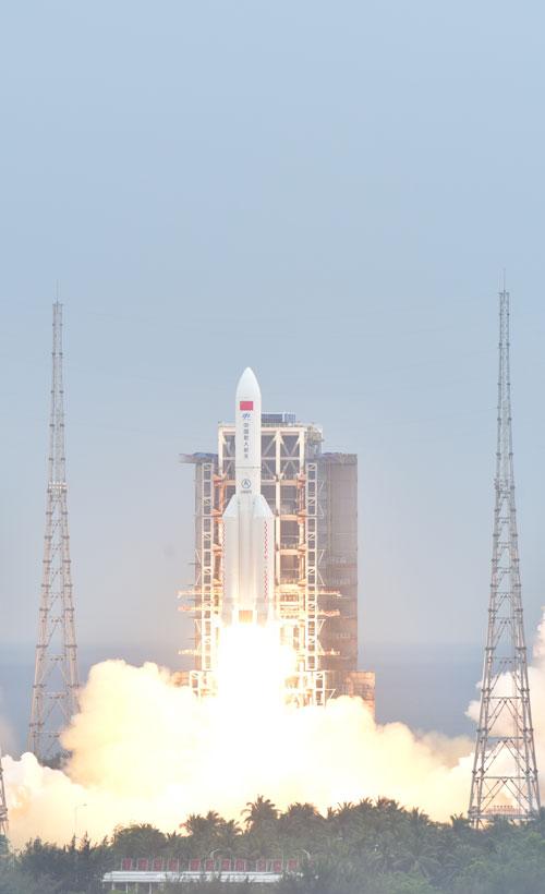 4月29日,搭载中国空间站天和核心舱的长征五号B遥二运载火箭,在我国文昌航天发射场点火升空。史啸/摄