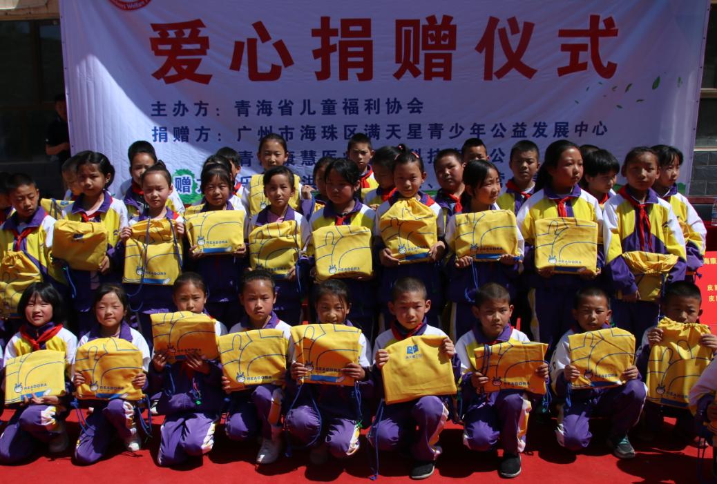 学生代表领取星囊学习包。