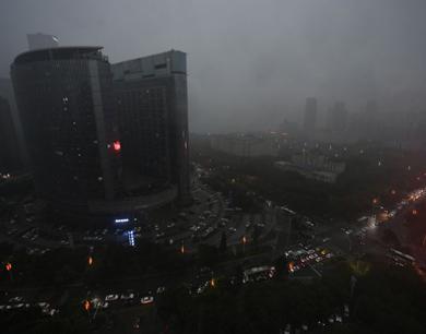 南昌出现强对流天气 暴雨倾盆
