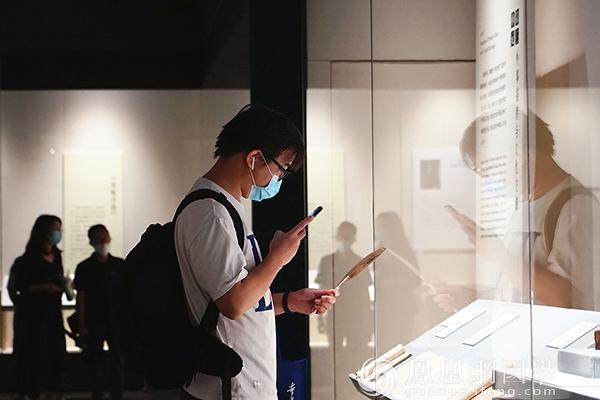 展出的作品吸引民众拍照留念(图片来源:凤凰网国学 摄影:王子轩)
