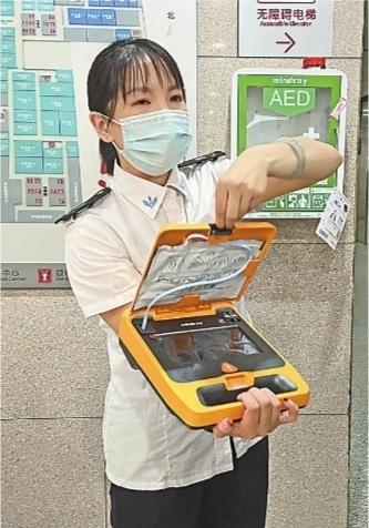 培训人员在展示AED。记者刘晨玮 摄