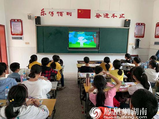 学生观看防溺水宣传片