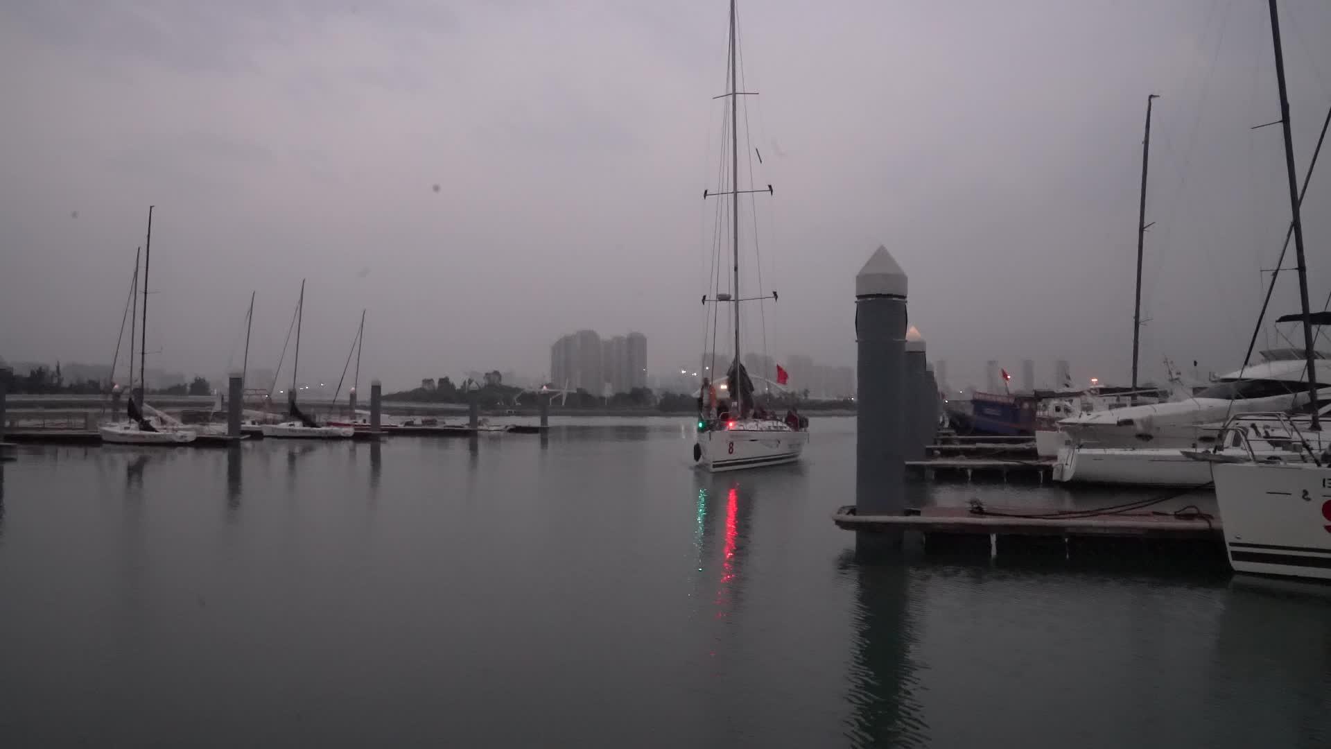 船队陆续抵达厦门 8号帆船缓缓驶入港口