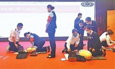 武汉市急救中心的专业人员现场对市民之家工作人员进行了心肺复苏术和AED实操的培训。
