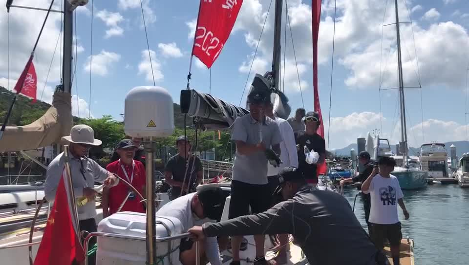 老男孩儿队抵达港口 队员开香槟庆祝