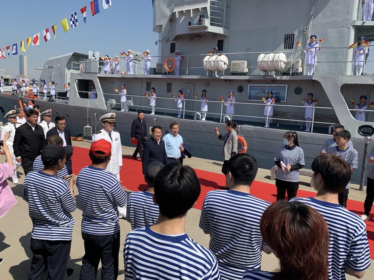 海军昭通号导弹护卫舰接舰暨爱国主义教育基地揭牌仪式在中国水准零点广场隆重举行