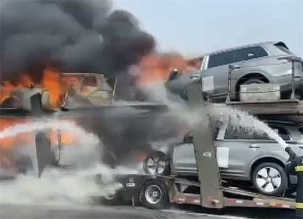 网传8辆新款理想ONE被烧毁:疑似拖挂车起火