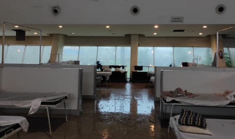 万博体育:印度一新冠救治中心遭强风暴袭击:玻璃屋顶掉落,2名患者受伤