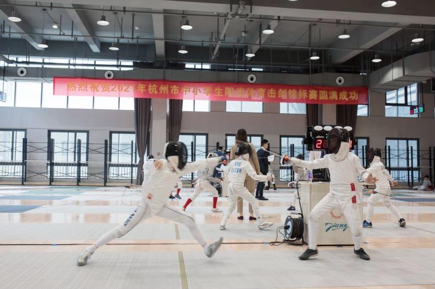 向亚运献礼 杭州市大学路小学击剑队参与亚运会志愿者主题曲演出活动