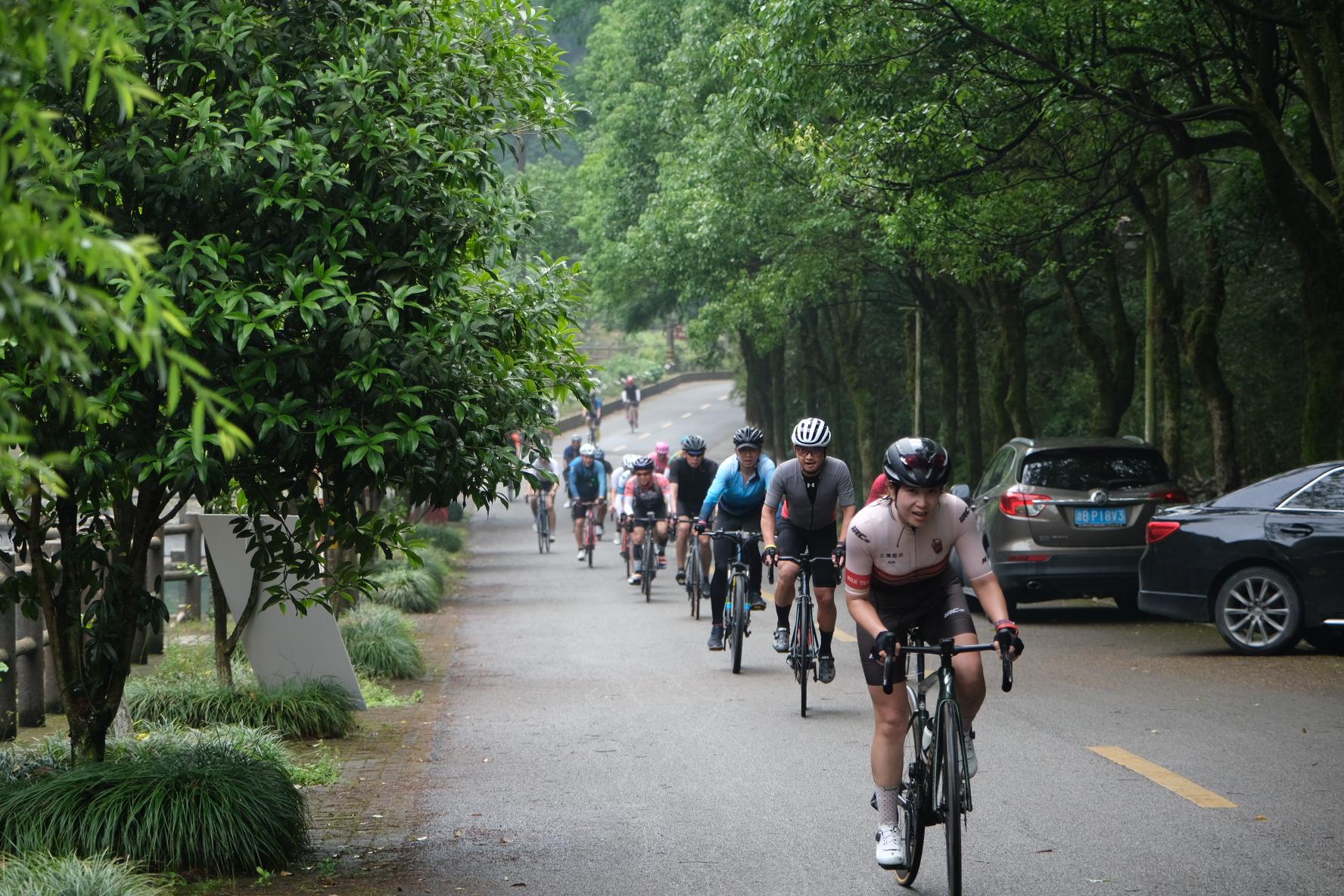 赛事升级!近2000名选手雨中环四明山骑行