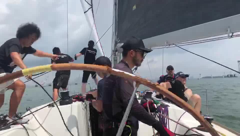 帆船转向时全员出动 调整绳子长度改变风帆方向