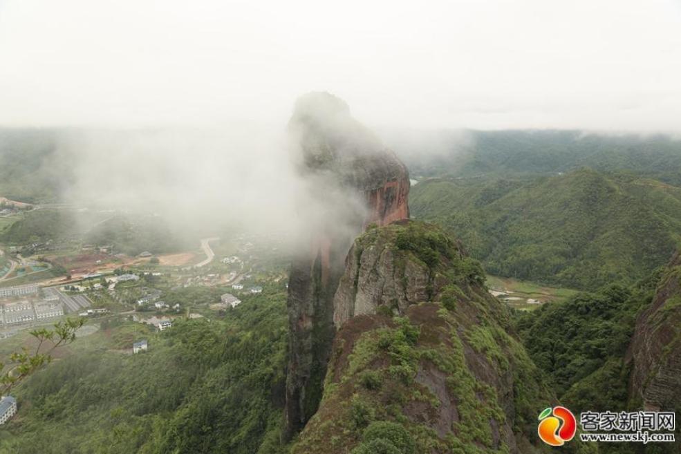 石城县琴江镇大畲村雨后云雾缭绕。