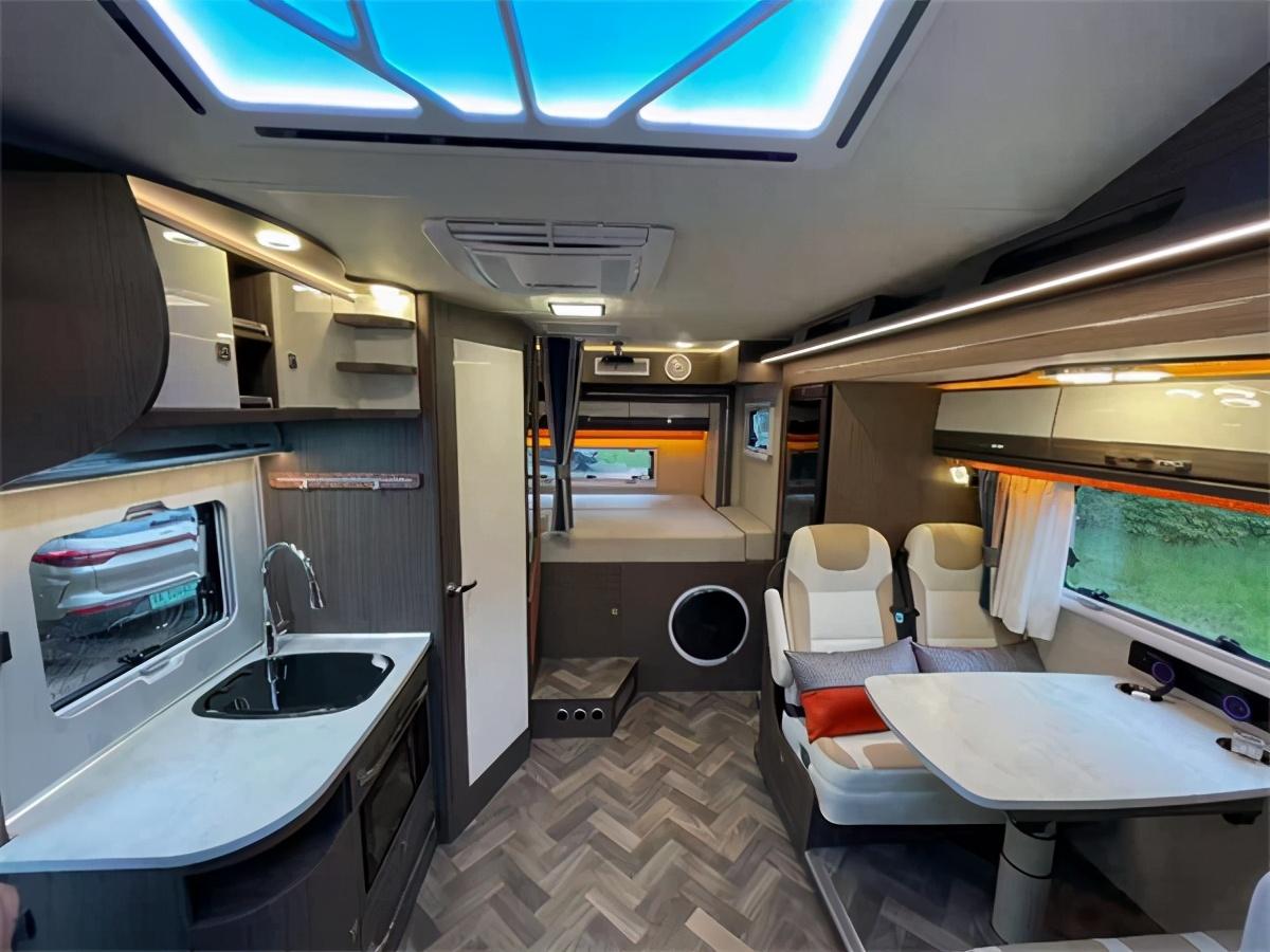 瑞弗S820双拓展房车 进口依维柯双拓展房车6.5T底盘