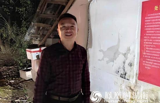 4月下旬的一个夜晚,文谊新村村支书甘海波带领村干部参与樟树港辣椒品牌保护工作。樟树港辣椒产业留住了青壮年,继而为村庄组织建设储备了丰厚的人力资源。
