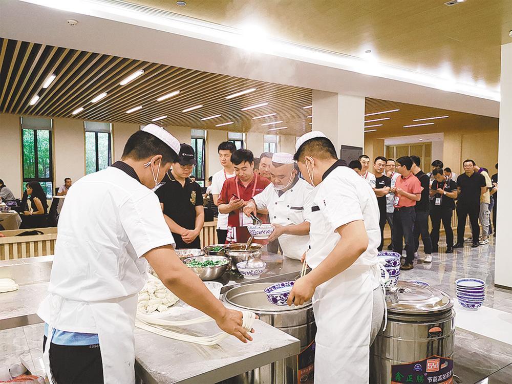 化隆拉面走进了北京大学的食堂。董健人 摄