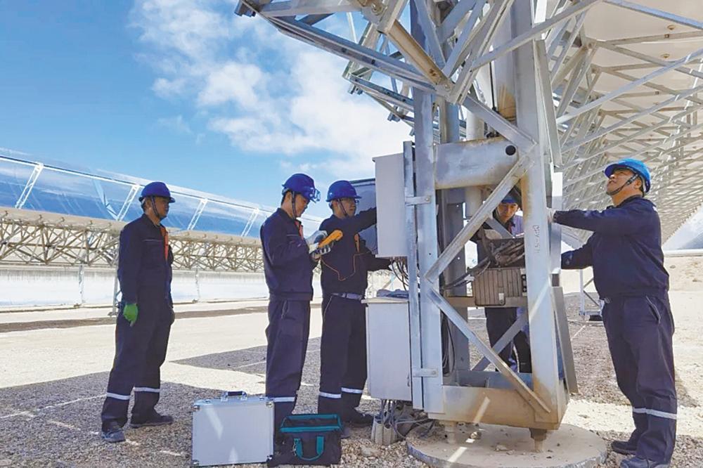 员工检修定日镜。 中广核太阳能德令哈公司供图
