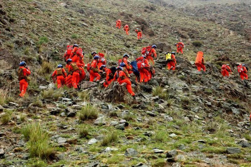 5月23日,甘肃白银越野事故发生后,救援人员在事发区域展开搜救。图片来源:新华社