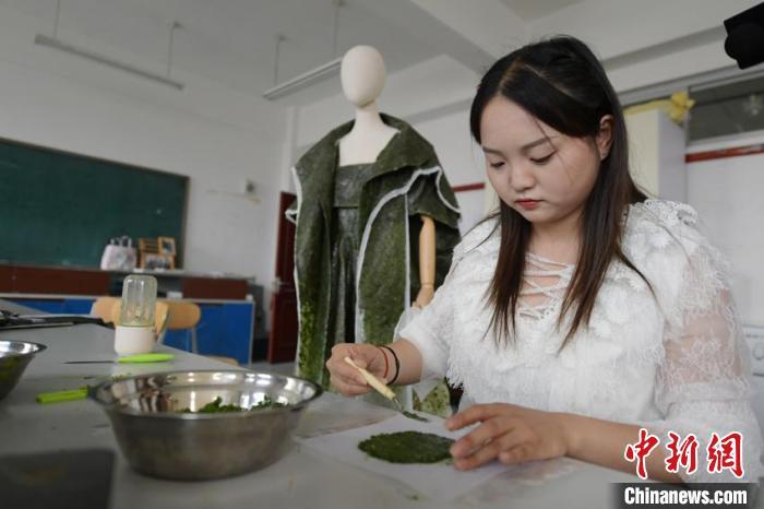 唐丹阳在制作可食用服装的材料 张瑶 摄