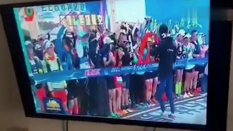 甘肅馬拉松事故發生第二天,白銀電視臺重播開幕式