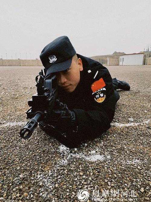 了不起的人民卫士 冯向南:博弈命案逃犯时 他将防刺服让给战友
