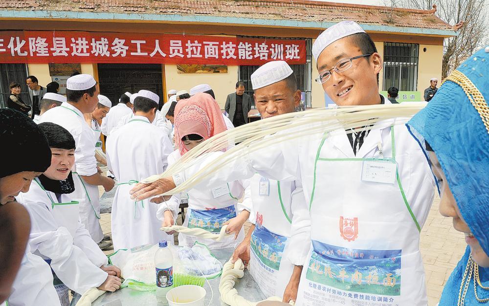 化隆县阿什努乡阿藏吾具村的村民在拉面培训班上学习拉面。(摄于2015年4月2日)祁国彪 摄