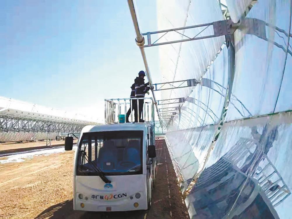 员工驾驶特种车辆清洗太阳能光伏发电设备。中广核太阳能德令哈公司供图
