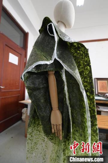 唐丹阳自创可食用服装的细节展示 张瑶 摄